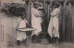 414. Madagascar: Betsileos pilant du riz