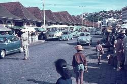 Traffic policeman and ny Zoma market: Rue du 26 Juin 1960, Antananarivo