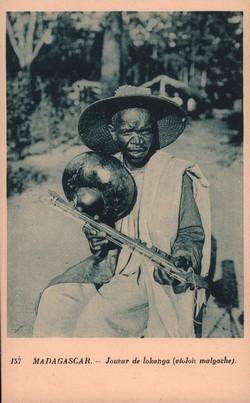 157. Madagascar: Joueur de lokanga (violon malgache)