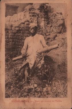 Madagascar. 2. Musicien joueur de Valiha