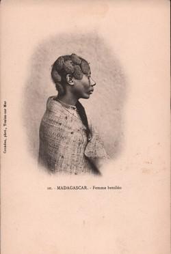 10. Madagascar. Femme betsil?o: Couadou, phot., Toulon-sur-Mer