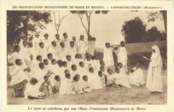 Les Franciscaines Missionnaires de Marie en Mission - Ambohidratrimo (Madagascar): La le?on catéchisme par une Oblate Franciscaine Missionaire de Marie