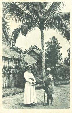 Madagascar: 1. Le missionnaire et son 'déka' partent en visite chez les chrétiens, dont les petites maisons se blottissent sous les palmiers