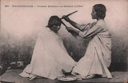 397. Madagascar - Femme Betsileo se faisant coiffer