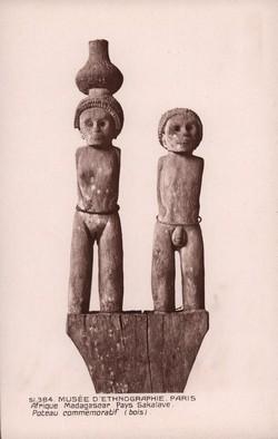 51.384 Afrique: Madagascar: Pays Sakalave: Poteau commémoratif (bois)
